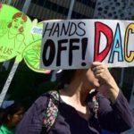 Juez de EEUU ordena a Trump que reactive parcialmente el plan migratorio DACA