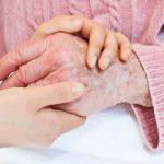 Coger la mano a un paciente podría aliviar su dolor, según estudio