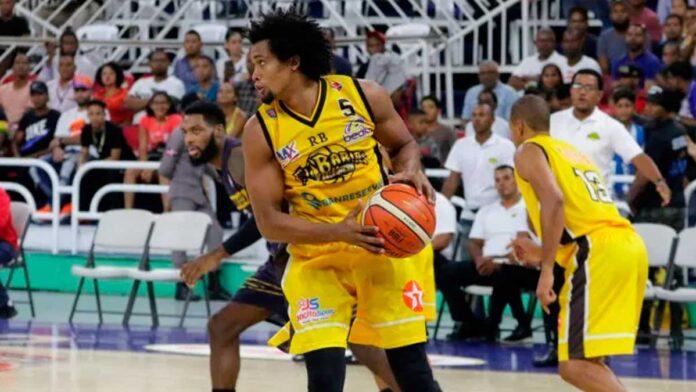 Detienen a exintegrante de la selección nacional de baloncesto por violar toque de queda